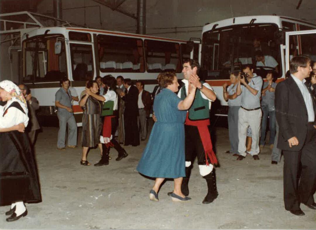 Empleados bailando en la celebración del lanzamiento de la carrocería Brisa